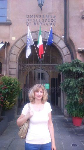 Vesna Mikolič pred Univerzo v Bergamu.